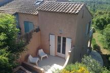 Façade du logement avec 2 terrasses coté jardin