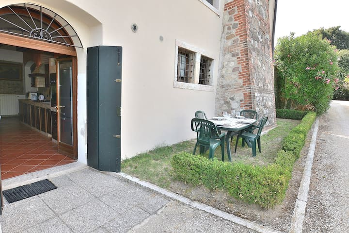 The Gardener Home In Villa Da Sacco- 2 bedrooms, 4 sleeps in a secular park with shared pool in Colà