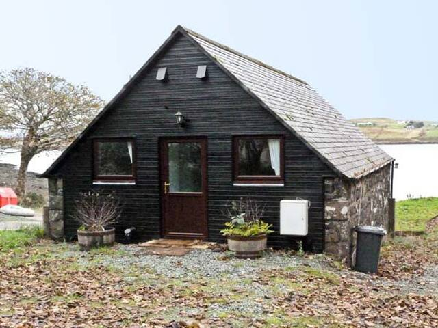 GRESHORNISH BOATHOUSE, pet friendly in Dunvegan, Ref 9279