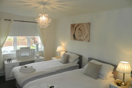 3 bed modern detached home with free WIFI - Lytham Saint Annes - Talo