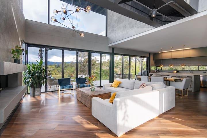 Stunning New House on Lake - Chef Kichen & Jacuzzi