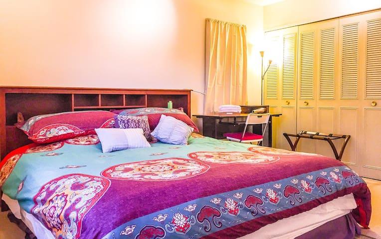 Spacious Master Bedroom w Half-Bath - Boulder - Condominio