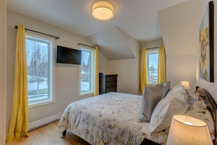 More extended family? We've got you covered. They can rest here in this beautiful queen size bed with a gorgeous view!