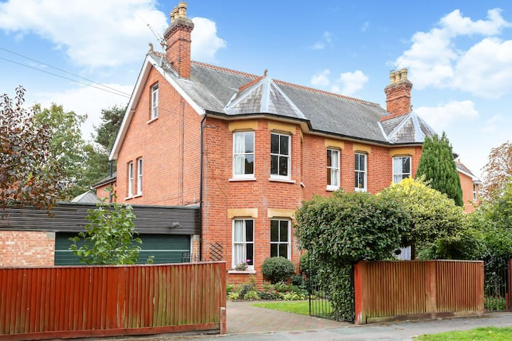 Farnborough Airshow private 4 bedroom house