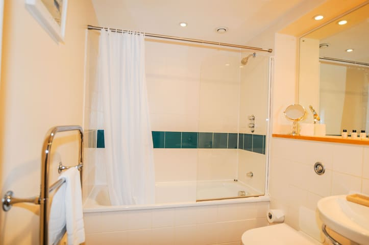 Hamilton Court Studio Apartment - Discounted Monthly Rate