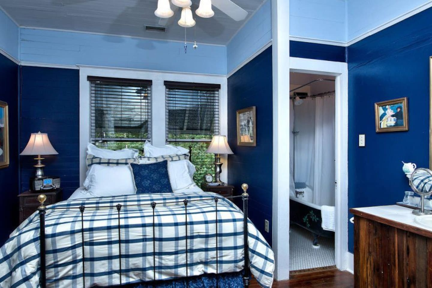 Navy Room - Queen Bed w/Day Bed