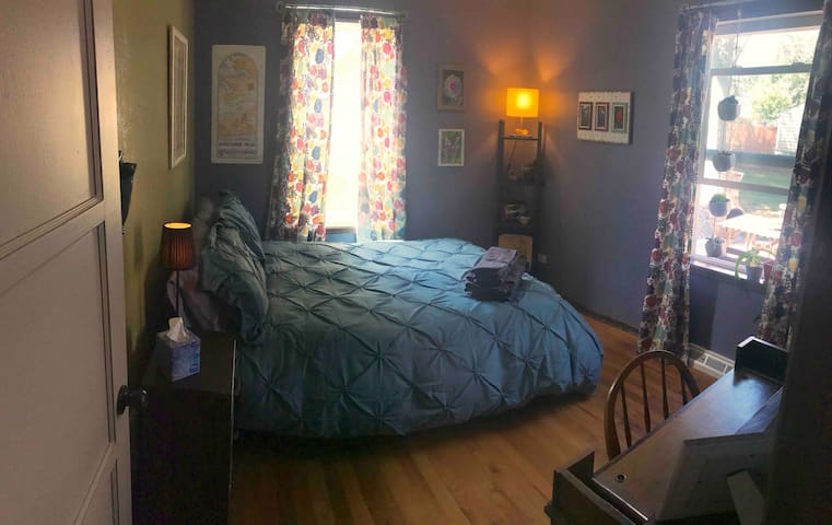 Simple, Comfy Room 10 minutes from Downtown