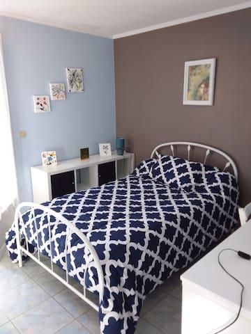 Troisième chambres, lit simple ,une à deux personnes, 120 cm