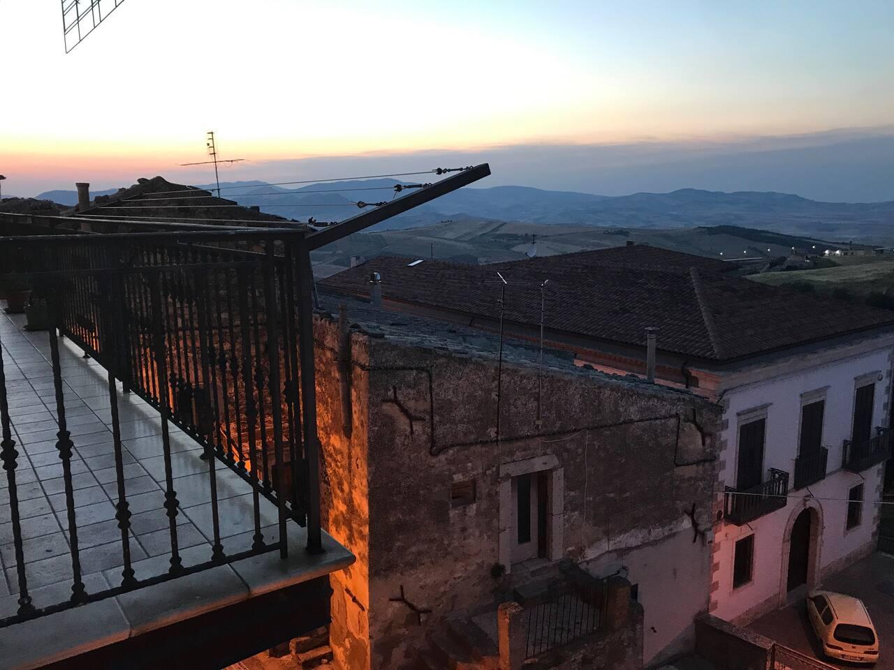 Il panorama dalla terrazza dell'abitazione che da sul centro storico e sui Monti Dauni