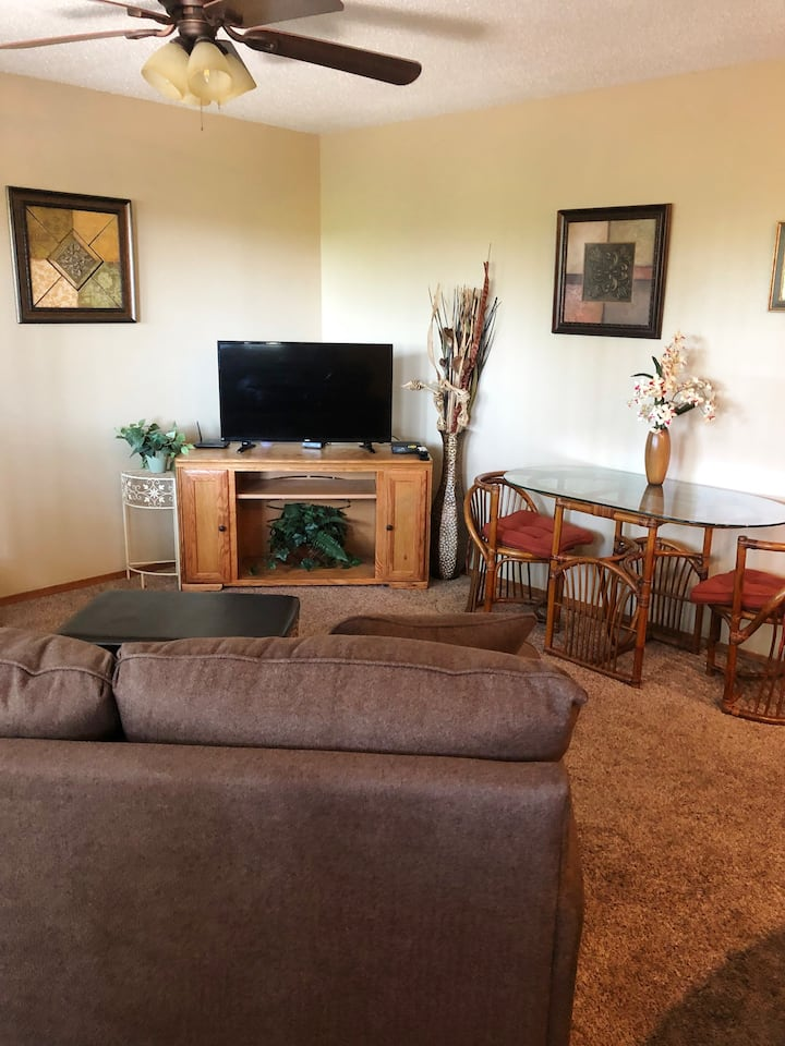 Mtn. view, King size bed, 1 bath, full kit. 2pools