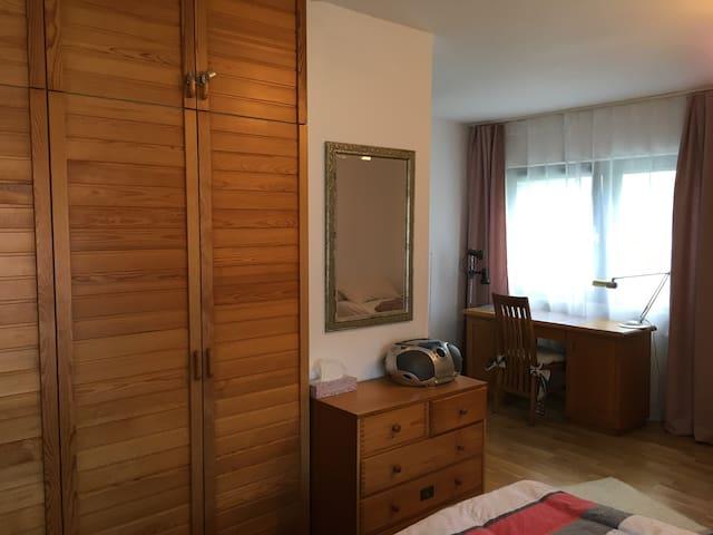 2. Schlafzimmer mit Doppelbett und Einzelbett