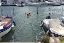 la place privative pour le bateau 12 m x 2,95 m ou … piscine privée d'eau de mer (échelle de bain)