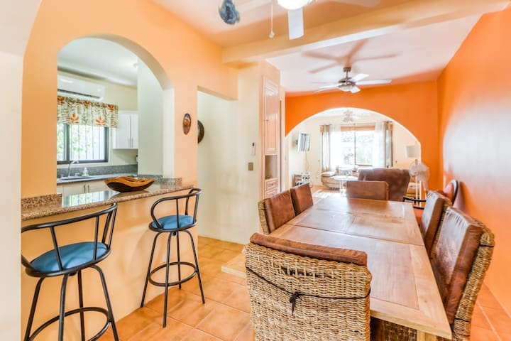 Relaxing, colorful villa w/ shared pool, walk to the beach! - in Playa del Coco