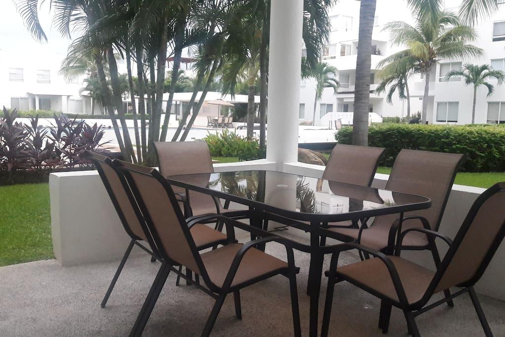 Mesa de jardín en la terraza de la casa.