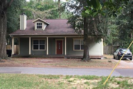 Cozy Cottage (master suite w/King) - Gainesville - Hus