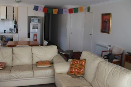 Funky furnished home in Watson - Watson - Casa