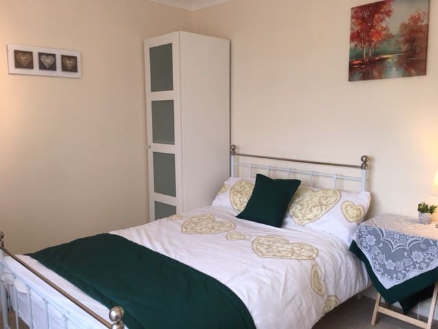 Cottage charm, bright double bedroom, Basingstoke