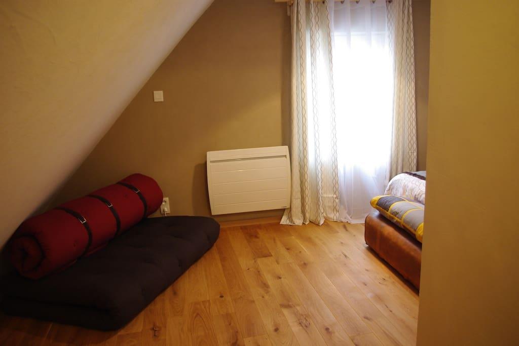Futon confortable, que l'on peut installer dans la chambre.