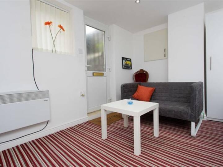 Brownhill Studio apartment close to Leeds Arena
