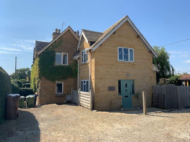 Charming Cotswold cottage, village location