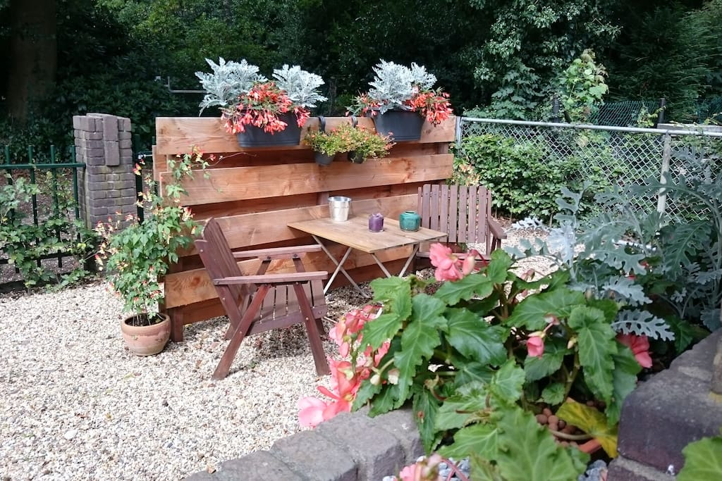 Eigen tuin met zitje