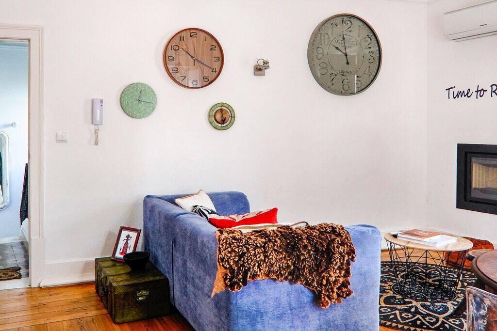 Sala com relógios de parede, desfrute do seu tempo!