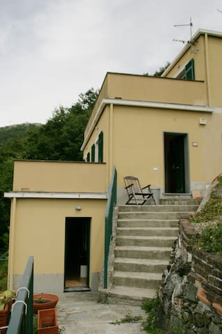 L'ingresso dell'appartamento (a sinistra in basso)