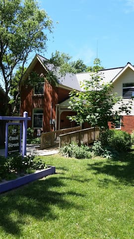 32 Canal Street - 30 minutes to wine country! - Chatham-Kent - House