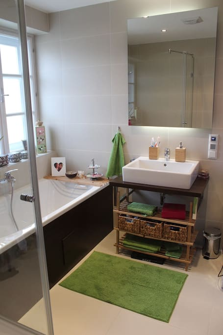 Das schöne Badezimmer bietet einen guten Start in den Tag.