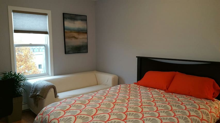 Private Room in Uptown Condo (Queen Size Bed) - Saint John - Apartamento