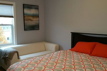 Private Room in Uptown Condo (Queen Size Bed) - 圣约翰 - 公寓