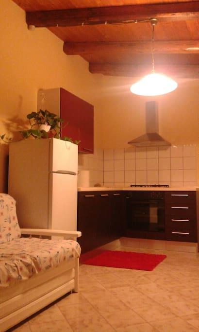 In cucina, godendo del soggiorno.