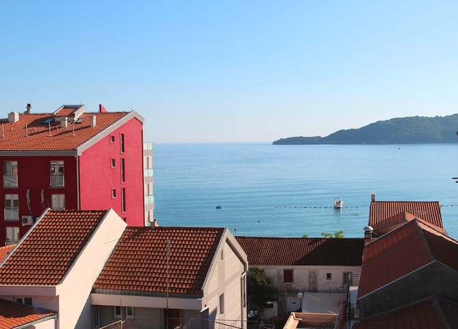 Sea view sunny apartment, 50 meters from the beach