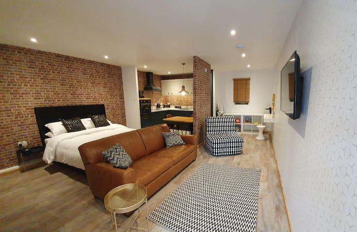 The Snug, Luxury Family studio in Bourne