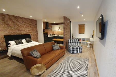 The Snug, Luxury Family studio in Bourne