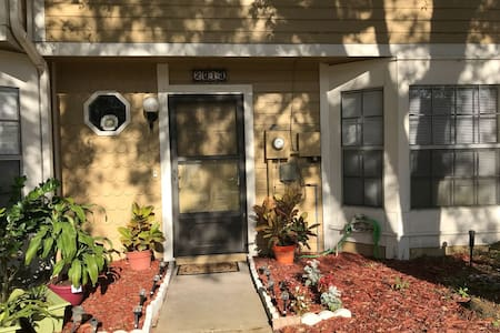 Orlando Shared Townhouse! (Room with 2 Twin Beds)