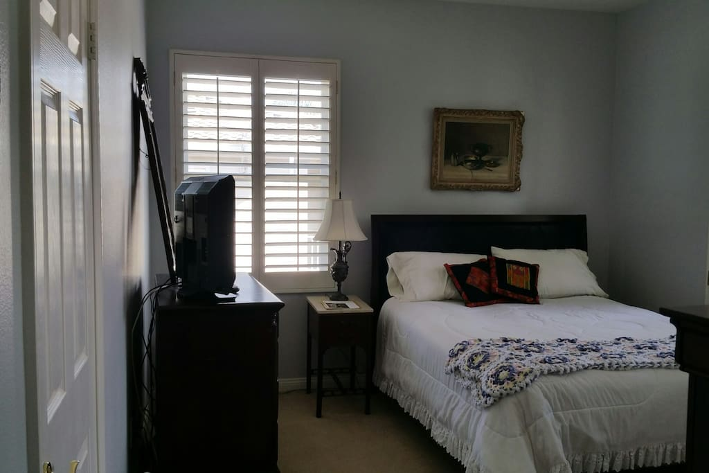 Spacious bedroom with HDTV, Cable and wifi