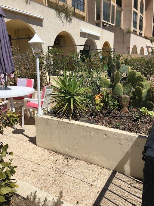 Terrasse avec petit jardin