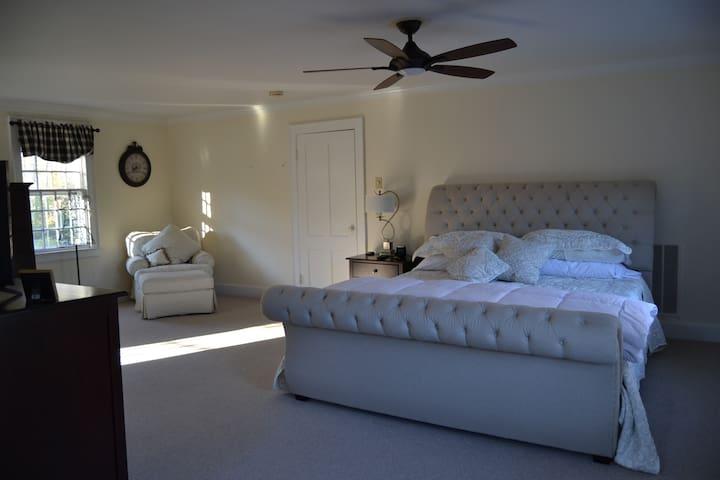 The Evergreen Inn- Admiral Aston Suite