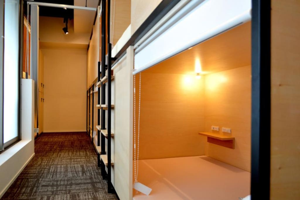 Roll Curtain & Partition for each bed ロールカーテン&パーティション付ベッド