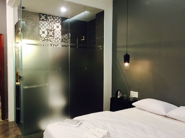 Cozy, antique and rustic room w/ modern amenities - Ho Chi Minh City - Bed & Breakfast
