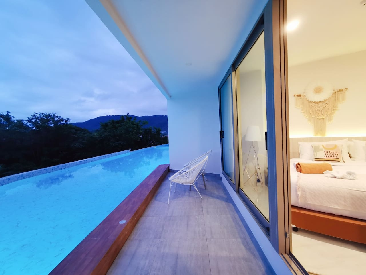 晚上开灯后的泳池和房间 room view in the night time