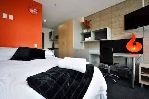 Auckland City Apt, free Wifi & a possible Carpark?