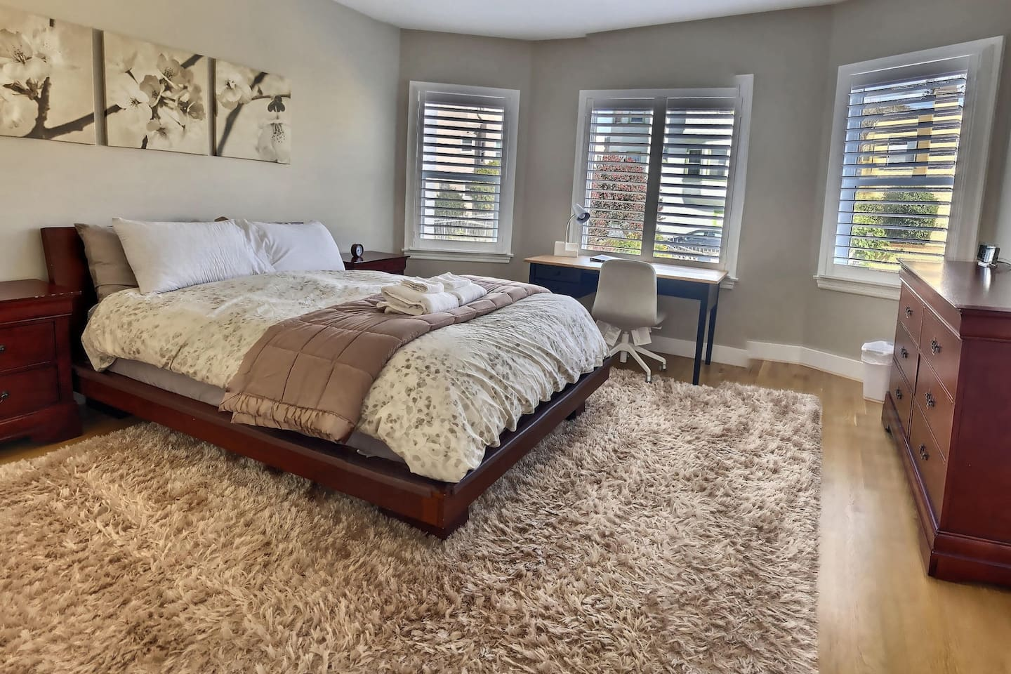 Master bedroom with en-suite private bath, and walk-in closet.