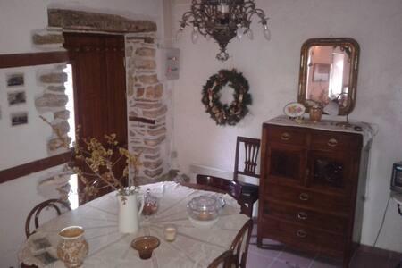 Παραδοσιακή διώροφη μονοκατοικία - Agios Lavrentios