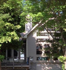 3000 Square Feet of Family Lakeside Living - Traverse City - Huis