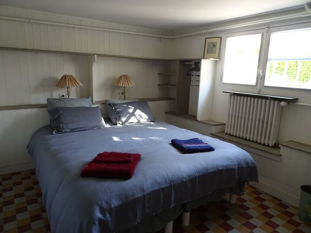 chambre avec le grand lit