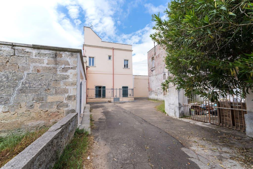 Vista frontale arrivando dalla Strada Comunale San Oronzo