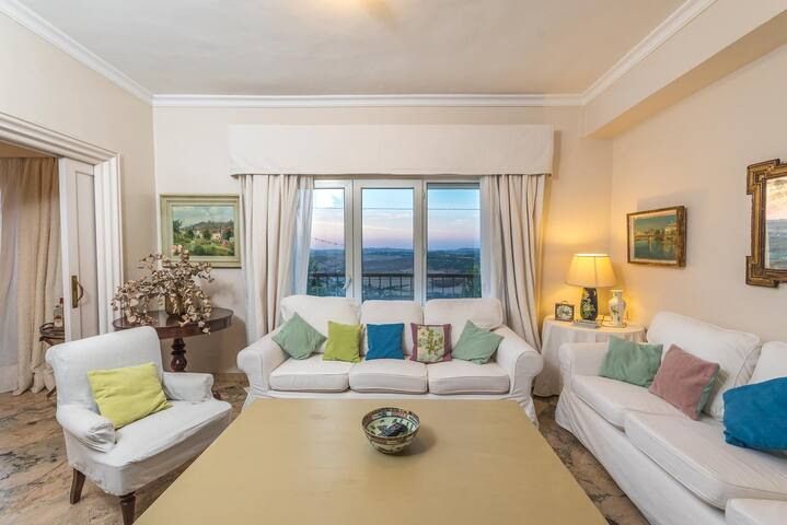 Espacioso y cómodo salón con encantadoras vistas.