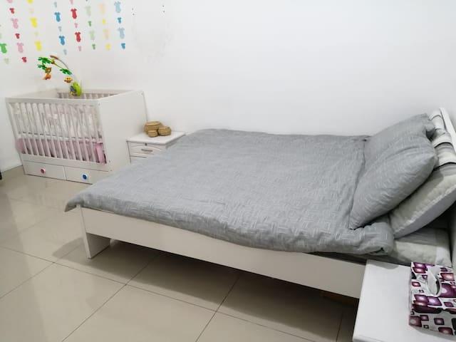 Bedroom (Queen Bed, Cotbed)
